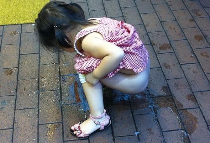 从网上公布的视频看 小女孩哇哇哭