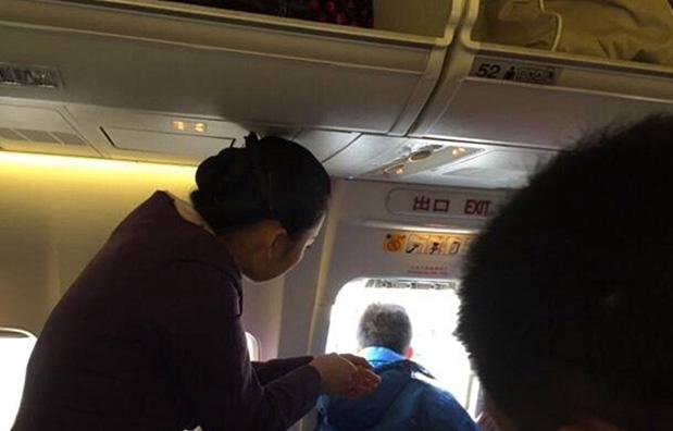 乌鲁木齐一旅客误开飞机安全门